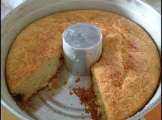 Receita de Bolo de Pão de Queijo - 250g de polvilho doce, 3 ovos, 1/2 xícara de óleo, 1/2 xícara de leite, 100g de queijo parmesão ralado, um pouco de sal, 1 colher (sopa) de fermento