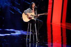 """Anna Caragnano canta """"Sono gli airbag dell'amore....contro gli incidenti del cuore"""", una canzone sulle tette e scherza con Belen a Tù Sì Que Vales."""