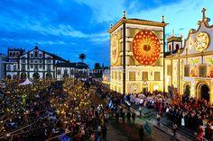 La iglesia principal y la procesión de las fiestas de Santo Cristo en Ponta Delgada en el crepúsculo.  São Miguel, Azores, Portugal