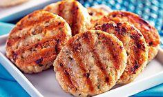 Misture bem o frango moído, a cebola, o ovo, a aveia, o sal e a salsa. Modele os hambúrgueres e leve à geladeira por 30 minutos. Unte com um pouco de azeite uma grelha e doure os hambúrgueres dos d…