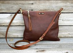 He encontrado este interesante anuncio de Etsy en https://www.etsy.com/es/listing/231424130/small-cross-body-leather-bag-fold-over