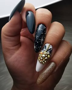 Christmas is approaching. Is your Christmas nails ready? Are sweater nails popular this year, or classic red nails, or are you still uninspired? Xmas Nails, Holiday Nails, Red Nails, Halloween Nails, Christmas Nails, Nail Designs Pictures, Nail Art Designs, Cute Almond Nails, Nagellack Trends