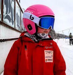 Sofia oli viikonloppuna kisaamassa Tahkolla. Laskut meni hyvin! Perjantaina oli ollut erittäin harmaa päivä, mutta Bollé Nevada Phantom-linssillä toimi loistavasti. Tyttö näki hyvin sumppukelissä. Vaikka kehys on Sofialle vähän iso, ei se kuitenkaan paina pienen nenää. Onnittelut Sofialle hyvistä suorituksista 🙌🏻🥳⛷💖❄️ #bollenevada #nevadaphantom #bollenevadaphantom #lhsalppi #skioutfinland #skiout #skioutbike #skioutfi #suksikauppa #hollola #messilä #lahti Nevada, Iso, Blue Cats, Skiing, Rain Jacket, Windbreaker, Jackets, Fashion, Ski