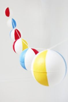 DIY Pool Party Beach Ball Garland (could be redesigned to be any round object - bouys, bobbers, baseballs, brightly colored balls, globes. Beach Ball Party, Pool Party Kids, Beach Party Decor, Beach Decorations, Summer Party Decorations, Summer Beach Party, Lila Party, Festa Party, Summer Pool