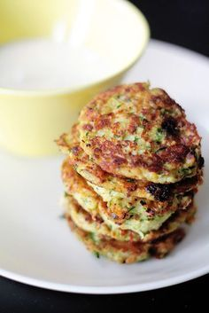 Kesäkurpitsa-halloumipihvit ja lime-jogurttikastike Veggie Recipes, Wine Recipes, Vegetarian Recipes, Cooking Recipes, Healthy Recipes, I Love Food, Good Food, Yummy Food, Scandinavian Food