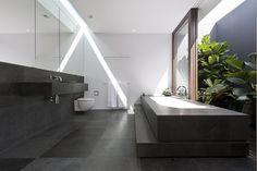 Il grande bagno padronale, interamente rivestito in lastre di ardesia, gode di un piccolo angolo verde tutto per sé.