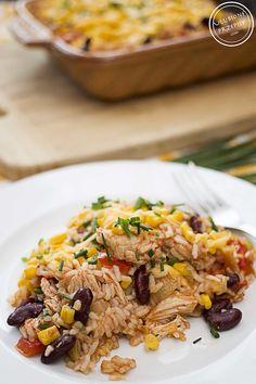 Zapiekanka po meksykańsku z ryżem, czerwoną fasolą, czerwoną papryką, kukurydzą i indykiem. Bardzo smaczne, pożywne i kolorowe danie.
