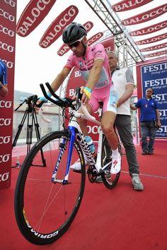 18tappa del Giro d Italia di Ciclismo 2013 la Mori-Polsa di 20 km vinta da V. Nibali in. 44,49 min. In maglia rosa. Falcef