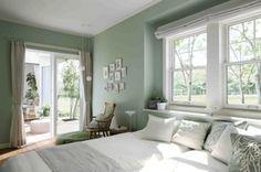 三方を窓に囲まれた主寝室。爽やかな朝の光と庭の緑を心行くまで楽しめる空間です
