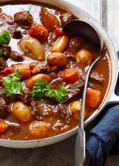 Goulash – Food On The Table – Oppskrifters Food N, Diy Food, Food And Drink, Cooking Recipes, Healthy Recipes, Italian Recipes, Food Inspiration, Love Food, Easy Meals
