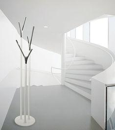 wishbone-porte-manteau-blanc-escalier