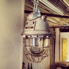 Industriële bully lamp.