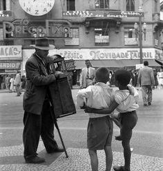 Realejo na praça do Patriarca, c. 1953. São Paulo, SP - Brasil. Fotografia de Alice Brill / acervo Instituto Moreira Salles.