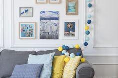 Autour d'un canapé. Cette guirlande lumineuse LED est composée avec du jaune, blanc, bleu roi, bleu ciel et turquoise. Retrouvez toutes nos suggestions sur http://www.lacasedecousinpaul.com/fr/collections/premium