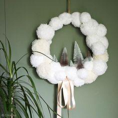 DIY Noël : Une couronne de Noël toute douce Xmas Tree, Grapevine Wreath, Grape Vines, Hanukkah, Christmas Wreaths, Holiday Decor, Troll, Pom Poms, Xmas