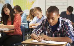 Os resultados mostram que os alunos brasileiros têm domínio maior nas questões de leitura do que nas de matemática e ciências (Foto: Thinkstock)