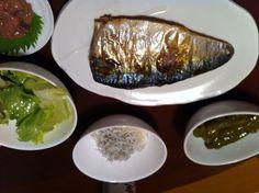 8/20晩ご飯。鯖の塩焼き、しらすおろし、ピーマン炒め煮、サラダ、塩辛。