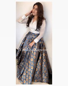 Mukaish shirt teamed up with brocade skirt. Such a classy color and fabric combi… Mukaish-Shirt kombiniert mit Brokatrock. Indian Designer Outfits, Indian Outfits, Designer Dresses, Indian Attire, Stylish Dresses, Fashion Dresses, Long Skirt Outfits, Long Skirts, Maxi Skirts