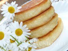 Приготовьте на завтрак пышные оладьи с бананом. Они очень вкусные, ароматные и просто тают во рту. Подать такие оладьи можно со сметаной, сиропом или просто с маслом.