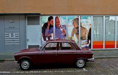https://flic.kr/p/bLiN16 | Nog vele jaren (Peugeot 204) | De Peugeot 204 is een kleine auto van de Franse autobouwer Peugeot en werd gebouwd van 1965 tot 1976. Zoals veel modellen was ook de 204 te krijgen in vele uitvoeringen: een sedan, break (station), coupé, cabriolet en ook als bestel. Hij was voor het eerst te zien in Parijs op 23 april 1965 en werd de best verkochte auto op de Franse markt van 1969 tot en met 1971.  location: Groningen-The Netherlands