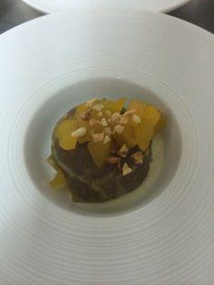 Ravioli de pato con rojal de foie con manzana caramelizada y almendras.