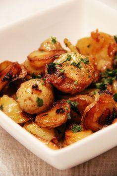 SPÉCIALITÉ DU PÉRIGORD : POMMES DE TERRE À LA SARLADAISE - J'ai découvert les pommes de terre à la sarladaise assez tard, je devais avoir 18 ou 20 ans quand j'en ai goûté pour la première fois lors d'un repas de famille, et j'ai été transcendée par ce plat! Moi qui adore les pommes de terre, je n'avais jamais rien goûté d'aussi parfumé et savoureux à…