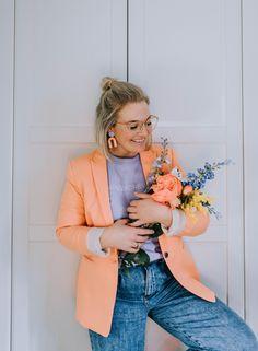 In ihrem pfirsichfarbenen Blazer in Kombination mit Sweater in Flieder und lässiger Jeans rockt Community Mitglied Melliinwonderland den Frühling und den Pastell-Trend. Die Kirsche on top: ihre kreativen Ohrringe in geometrischen Formen. Date Outfits, Fashion Outfits, Lässigen Jeans, Fashion Looks, Trends, Chloe, Blazer, Fashion Styles, Peach Paint