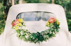 Decoration voiture de mariage photo. Pour demarrer une vie à deux... sur les chapeaux de roue!