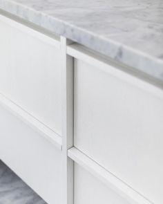 Minimalist Kitchen, Minimalist Decor, Shaker Kitchen Cabinets, Joinery Details, Kitchen Handles, Bathroom Renovations, Interior Design Kitchen, Home Kitchens, Home Furniture