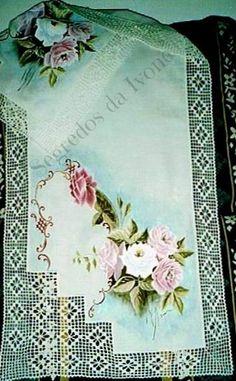 CM18- Pintura e crochet em caminho de mesa