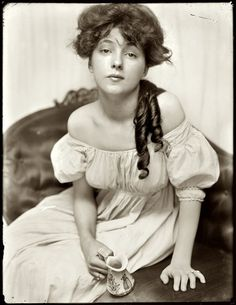 """Gertrude Käsebier, """"Miss N"""" Evelyn Nesbit, age brought to the studio by Stanford White. A chorus girl turned artists' model, Evelyn Nesbit was at the center of a huge scandal in 1906 when her husband killed her former lover, the architect Stanford White. Evelyn Nesbit, La Fille Gibson, Gibson Girl Hair, Charles Dana Gibson, Blonde Balayage Highlights, Alfred Stieglitz, Karen, Women In History, Vintage Photographs"""