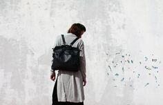 Zwart lederen rugzak is gemaakt van hoogwaardig Italiaans rundleder. Deze lederen rugzak hebben twee draagcomfort variaties voor maximaal comfort. U kunt dragen als een rugzak en twee handen vrij houden of je kunt het als een handtas draagt door bedrijf/hangende de ronde grepen op uw