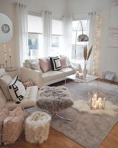 La imagen puede contener: 1 persona, sala de estar, tabla e interior Diy Home Decor, Rooms Home Decor, Living Room Decorations, Mirror Decor Living Room, Living Room Decor Cozy, Winter Home Decor, Inspire Me Home Decor, Winter House, Living Room Decor Traditional