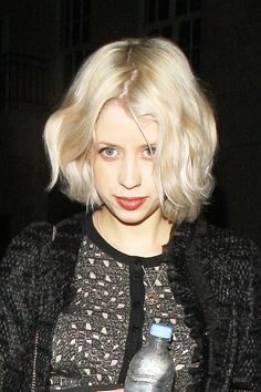 Peaches Geldof Medium Curls - Peaches Geldof looked like a living doll at the 'Prometheus' premiere thanks to her girlish ringlets and porcelain foundation. Down Hairstyles, Summer Hairstyles, Blonde Hairstyles, Short Hair Cuts For Women, Short Hair Styles, Celebrity Short Haircuts, Peaches Geldof, Short Blonde Bobs, Medium Curls