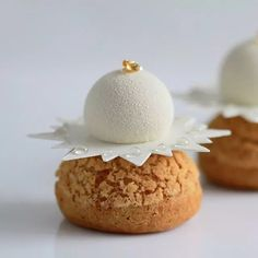 sweet little craqueled petit chou with something on top. Fancy Desserts, Fancy Cakes, Mini Cakes, Delicious Desserts, Choux Pastry, Pastry Cake, Sweet Recipes, Snack Recipes, Dessert Recipes