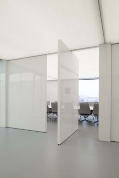 FritsJurgens pivotdoor, the only one without floorspring! | GRAPH conference chair by #Wilkhahn