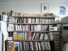 <p>ブロックと足場板で作ったざっくり本棚。一部の支柱は横積みにした本やH鋼というラフさ。</p>