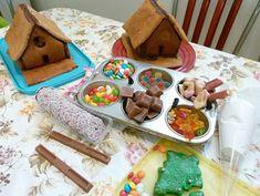 Lebkuchenhäuser mit Kindern dekorieren  Selbst Kleinkinder haben schon riesigen Spaß daran eine Schokolinse auf einen Tupfen Zuckerguss zu pressen und so ihr eigenes Lebkuchenhäuschen zu dekorieren.  Weihnachten, Advent, Backen, Kinder, Weihnachtsbäckerei, Lebkuchenhaus, Hexenhaus,