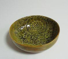 Jasno zielona misa ceramiczna z delikatnym koronkowym motywem. Idealna do serwowania dań lub dekoracji. Wymiary: średnica 20 cm wysokość 7 cm Hanja - Hanna Owczarek