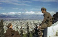 Британские солдаты смотрят с Акрополя на освобождённые Афины, октябрь 1944 года.