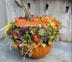 Very nice to make is this pumpkin flower arrangement. You don't need much material to make this beautiful flower arrangement and put it on the table Fall Floral Arrangements, Beautiful Flower Arrangements, Wedding Arrangements, Beautiful Flowers, Autumn Decorating, Pumpkin Decorating, Fall Decor, Thanksgiving Crafts, Thanksgiving Decorations