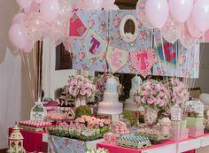 A Tetê ganhou uma festinha muito charmosa para comemorar seu primeiro ano de vida! Os elementos presentes na decoração saíram do quartinho da aniversariant