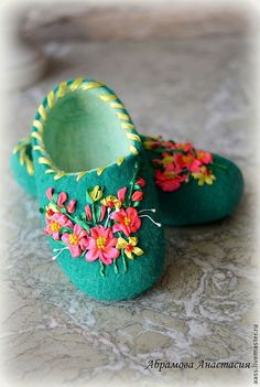Felt shoes with ribbon embroidery