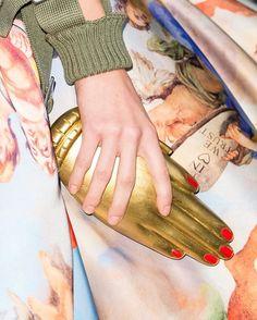 Misturando estampas renascentistas a detalhes militares e cibernéticos a @moschino apresentou ontem seu pre-fall durante o desfile masculino em Milão. No clique close na clutch em formato de mão apresentada pela grife. Veja a coleção completa em vogue.com.br #moschino  via VOGUE BRASIL MAGAZINE OFFICIAL INSTAGRAM - Fashion Campaigns  Haute Couture  Advertising  Editorial Photography  Magazine Cover Designs  Supermodels  Runway Models
