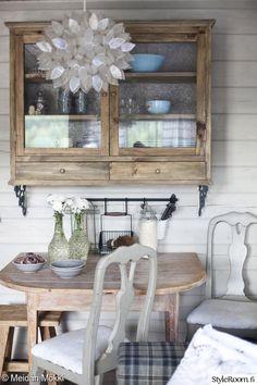 Sisustajan saunamökki - Sisustuskuvia jäseneltä MeidanMokki - StyleRoom Country Cottage Living, Wooden Cottage, Cottage Style, Unfitted Kitchen, Living Comedor, House Inside, Scandinavian Style, Nordic Style, Cottage Homes