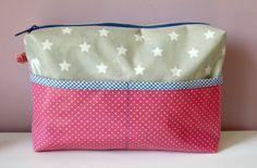 Wunderschöne Kosmetiktasche/Waschtasche aus beigem/rosanem Wachstuch mit Sternen und Punkten. Gefüttert mit Baumwollstoff mit Eulenprint. Zwei Eingrifftaschen draußen und ein großes Reißverschlussfach. Höhe 16,5 cm, Breite 25,5 cm, Tiefe 6 cm