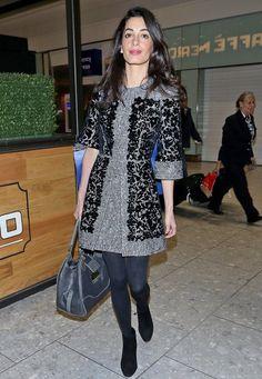 """Fashion-Looks: Ganz schön effektvoll: Der Print des """"Dolce & Gabbana""""-Kleides verbindet edle Spitze und florales Muster und betont durch den Aufdruck Amal Clooneys fantastische Figur."""