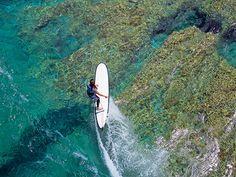 Jeremy Smith ha sido el encargado de diseñar la tabla de surf longboard 900 FCS de Olaian en Hendaya. #Swim #Deporte #Decathlon Decathlon, Swimming, Boat, Surf Girls, Surfboards, Sports, Swim, Dinghy, Boats