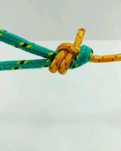 Quick video clips showing how to tie knots that come in useful on catamarans like Bowlines, Zeppelin Bends and Carrick Bends. Paracord Knots, Rope Knots, Macrame Knots, Rope Crafts, Diy Home Crafts, Handmade Crafts, Survival Knots, Survival Skills, Knots Guide
