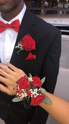prom flowers Check this website resource. Go to the webpage to read more on white tux at wedding. Click the link to get more information Black Corsage, Red Corsages, Prom Corsage And Boutonniere, Rose Corsage, Red Rose Boutonniere, Crosage Prom, Senior Prom, Prom Photos, Prom Pictures